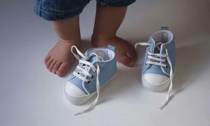 Искусственные ткани не позволяют детской ножке дышать, проветриваться