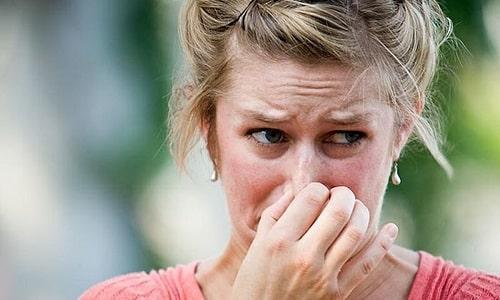 Специфический запах от ног может быть симптомом онихомикоза