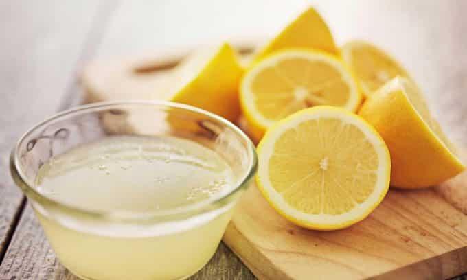 Для лечения онихомикоза используют сок лимона, в которой содержится большое количество эфирных масел