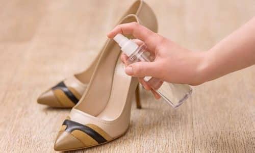При дезинфекции обуви, выбранное средство нужно наносить на внутреннюю сторону обуви