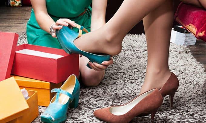 Примеряя обувь на босую ногу, всегда присутствует риск заражения грибком