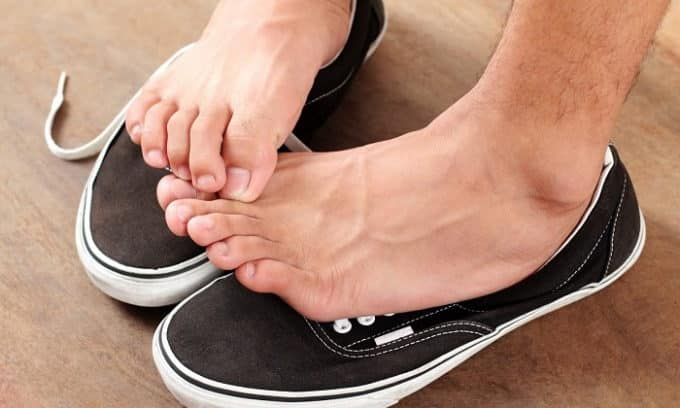 Сильный зуд, жжение в области стопы или между пальцами ног являются основным симптомом поражения грибком