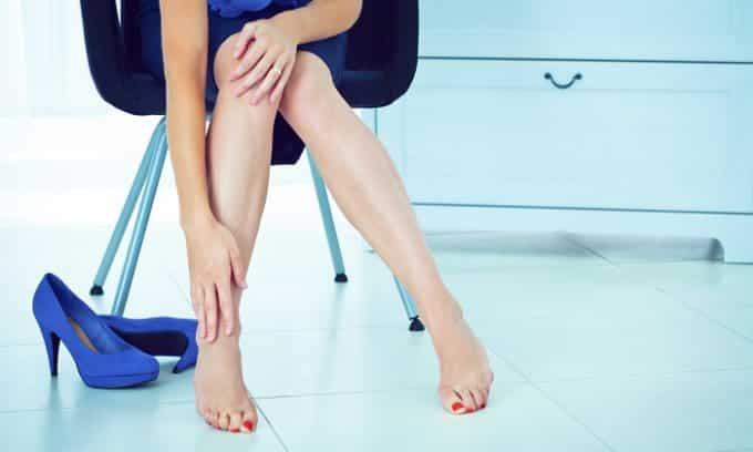 В группе риска к развитию грибка ногтей находятся те, кто длительное время носит некачественную и неудобную обувь